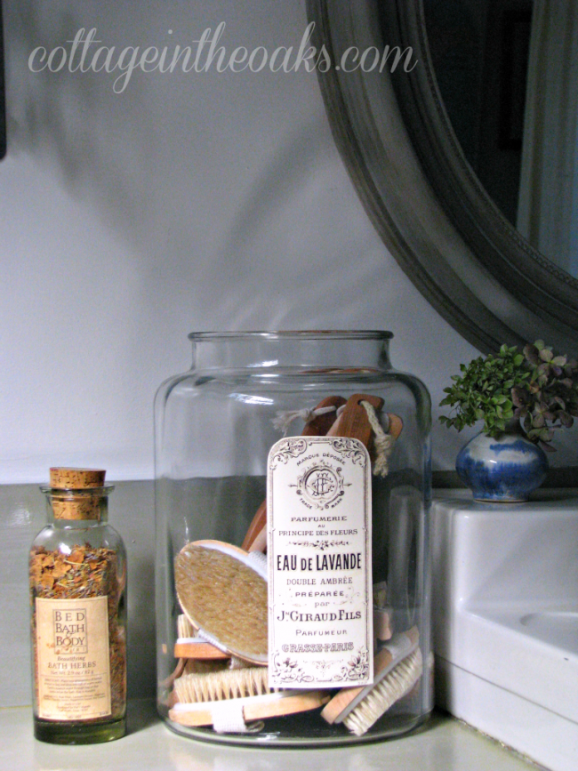apothecary-jars-in-cottage-bathroom